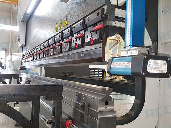 Press Brake for standard sectioned top and 4V-Die bottom tools
